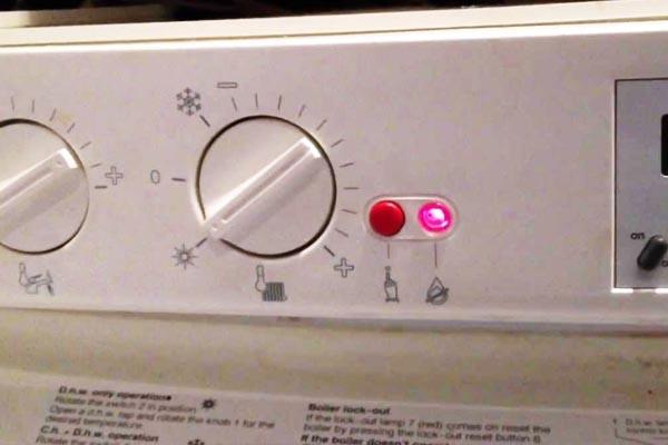 el boton rojo de la caldera de gas