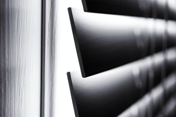 Imagen de persianas con motores automaticos y casa inteligente