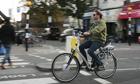 Imagen de una bicicleta electica recorriendo la gran ciudad