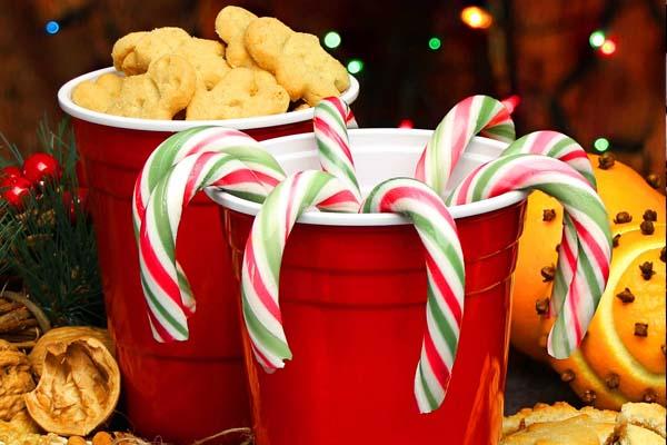 foto de vasos de plastico rojos para decoracion de uan fiesta