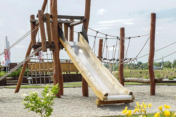 parque infantil de madera sostenible mimetizado en el ambiente