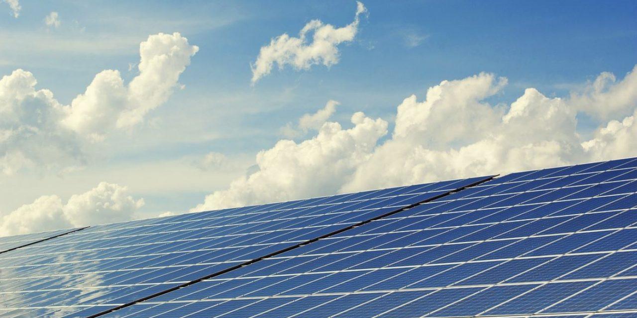 Las Placas Solares y las Bombas de Agua como energía renovable.