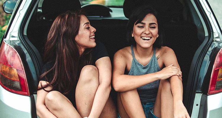 Dos chicas de viaje en coche